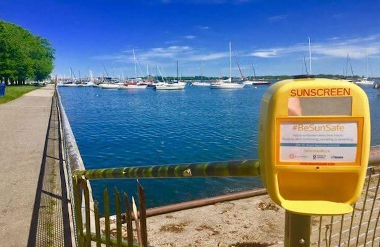 认准这个小黄盒!多伦多政府在湖滨公园免费发防晒霜啦!