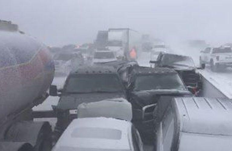 Hwy400发生重大交通事故!70部车撞成一团!