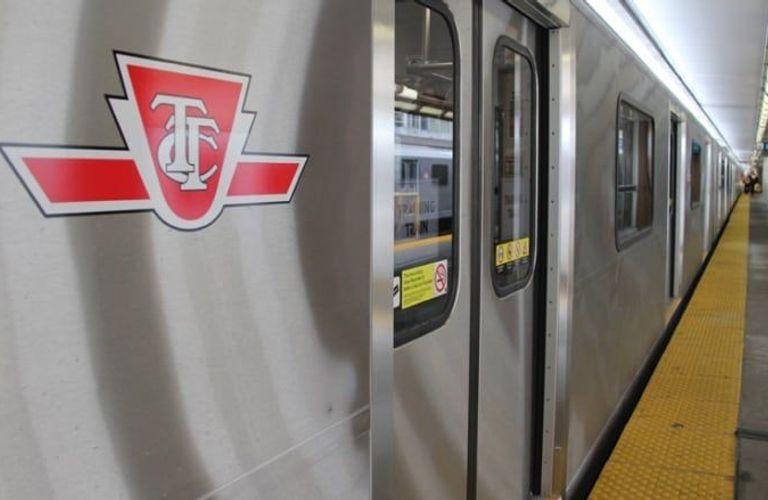 多伦多一男子跳下地铁站台奔跑!警察紧追不舍!