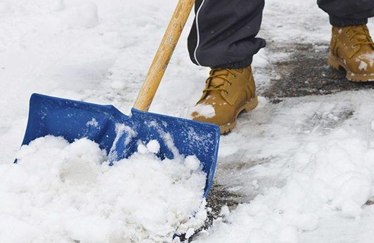 多伦多连降暴雪!选择正确的铲雪方法或铲雪公司,避免受伤。